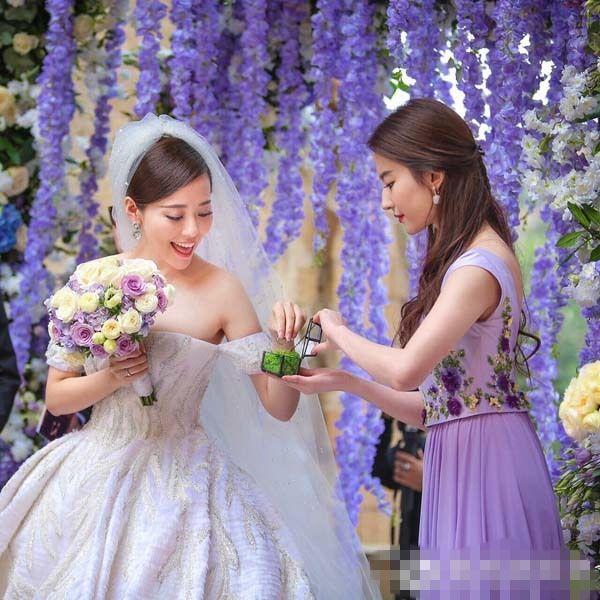 刘亦菲为张靓颖递戒指。