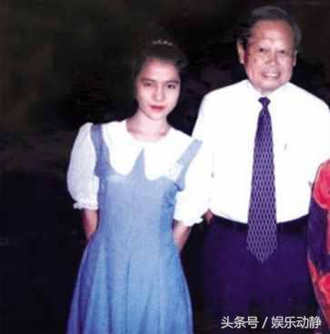 81歲謝賢與30歲COCO近照,膚色暗淡,開始對謝賢厭倦