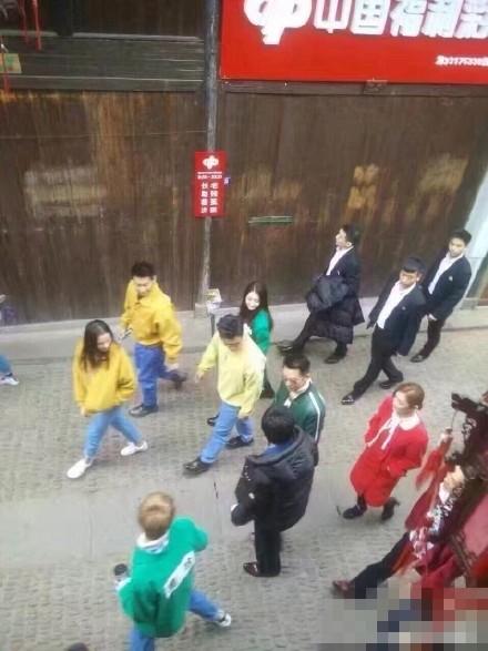 《奔跑吧》義烏開錄 鹿晗為迪麗熱巴戴頭飾