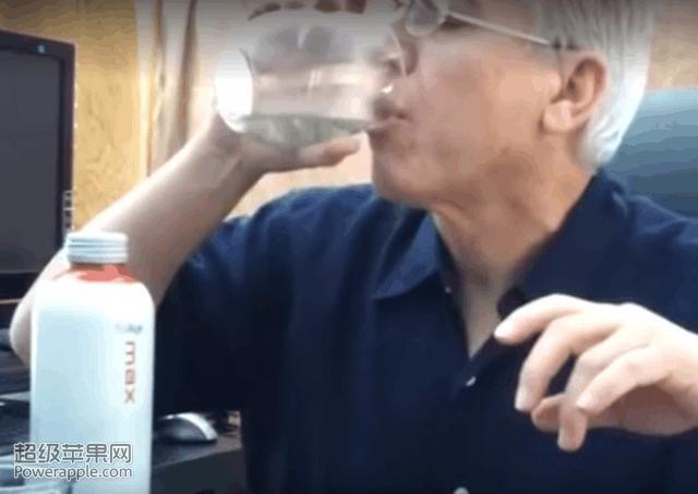 外國大叔挑戰喝濃硫酸 結果卻讓人出乎意料(多圖)