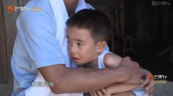 """沒應采兒不行!《爸爸去哪兒》陳小春和4歲愛子雙落淚,""""爸爸在這呢!""""(影片)"""