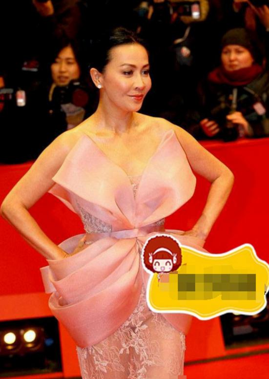 52歲劉嘉玲太敢穿 網友直呼:粉色小內內真搶鏡(多圖)