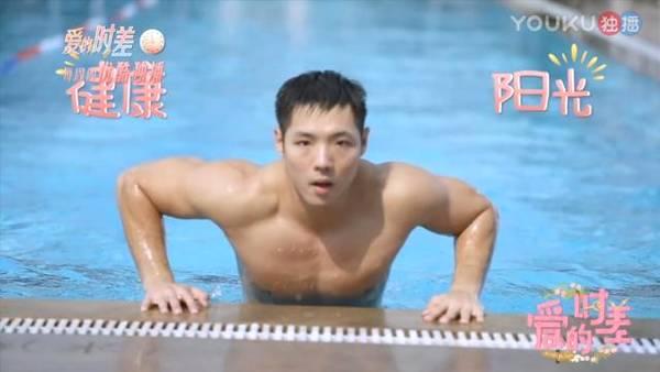 寧靜泳池邊跟肌肉男約會 對方全身只有一條泳褲(多圖)