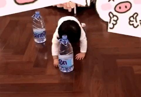 陳赫女兒頭頂礦泉水瓶匍匐前進 孩兒他爸:瘋了