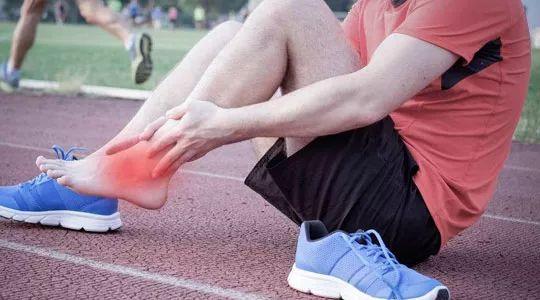外出旅游时,不慎扭伤了脚该怎么办?