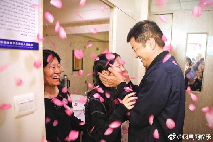 李嫣和奶奶给李亚鹏庆生,三个人长得一模一样