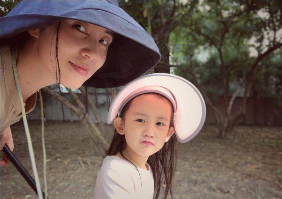 孙莉晒与小女儿合照 网友:长大的多多与童年的黄磊