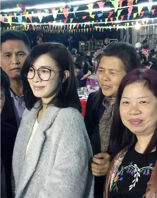 佘诗曼素颜回老家被偶遇 网友:真人白到发光