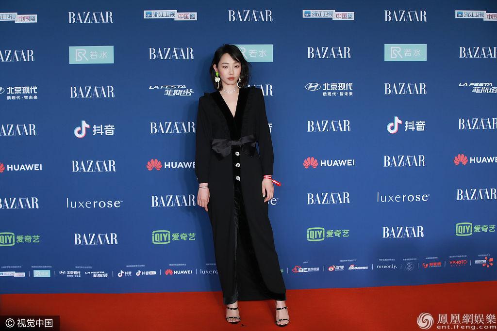 2018芭莎明星慈善夜红毯 白百何一身黑衣低调难掩气质