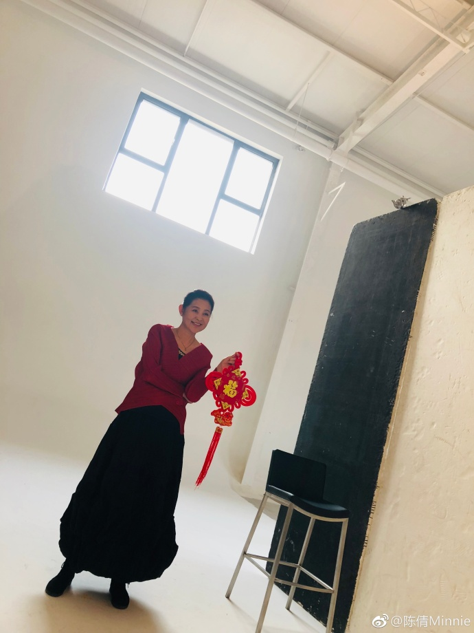 59岁倪萍重回气质女神后现身机场,步伐矫健精神抖擞,网友:气场不输陈红