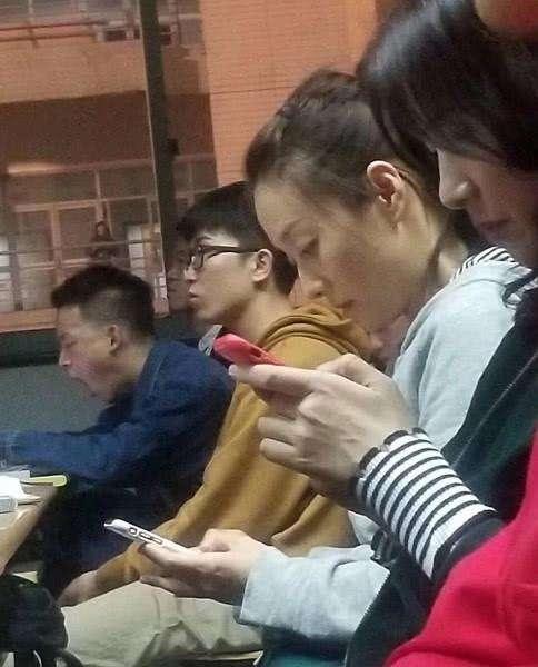 """42岁马伊琍演绎学生妹,马尾辫造型显""""校花""""风范"""