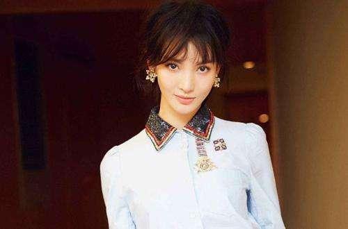 金晨否认与贾乃亮恋情后首现身,装扮简约漂亮,超像年轻的李小璐