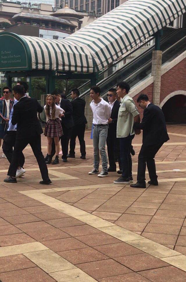 《奔跑吧》澳门全城追捕boss,微博网友手握兄弟团命运走向