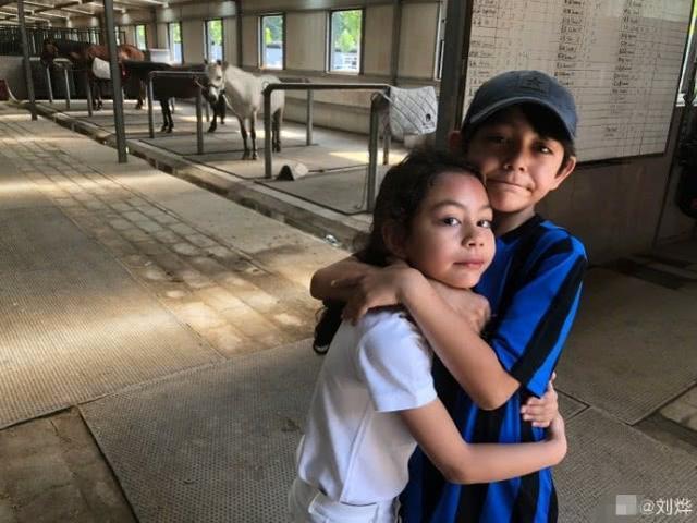 刘烨7岁女儿参加马术比赛帅气可爱,和哥哥诺一紧紧相拥好温馨
