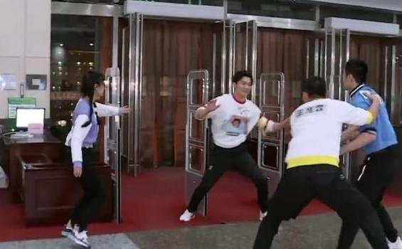 《奔跑吧》首撕名牌,朱亚文被撕秒变臭脸,李晨郑恺靠这两招致胜