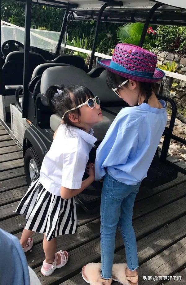 陆毅一家四口海边度假,10岁贝儿瘦到让人心疼,和妹妹似双胞胎