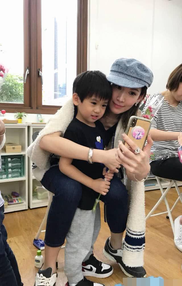 林志颖双胞胎儿子长大了,二儿子和Kimi越长越像,看得网友都脸盲