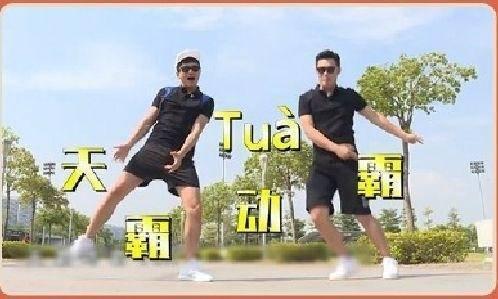 退出跑男的陈赫刚和老邓头打完篮球,就帅气的出现在五一晚会!