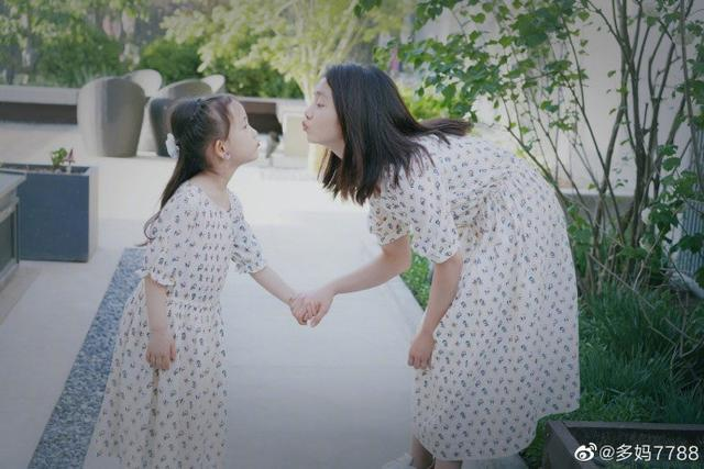 孙莉晒多多与妹妹同框合照,穿同款连衣裙气质却大不同