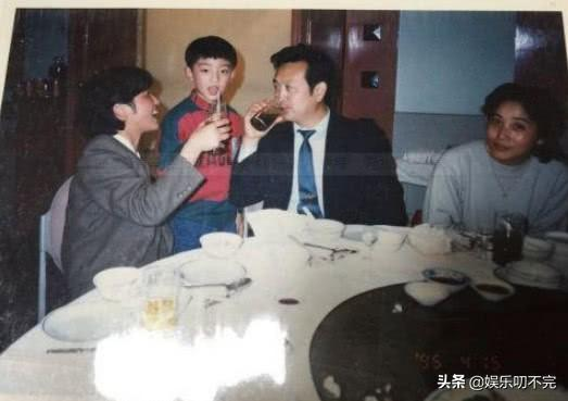 郑恺晒童年生日照,看到他家人吃饭的照片后,网友:家里有矿!
