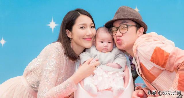 王祖蓝晒5个月大女儿,扶着女儿坐沙发上挠她痒逗她笑,超欢乐