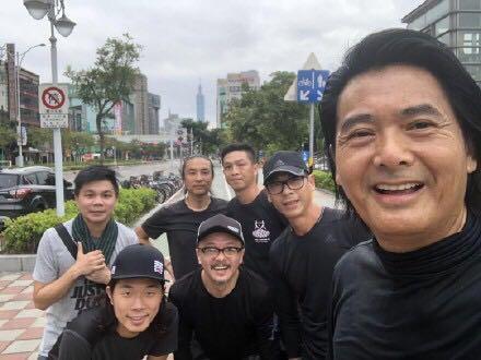 63岁周润发骑10万元自行车买菜被偶遇,穿着朴素显沧桑