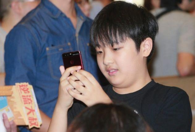 吴镇宇的儿子长开了,10岁费曼曾胖到认不出,如今颜值却不输安吉