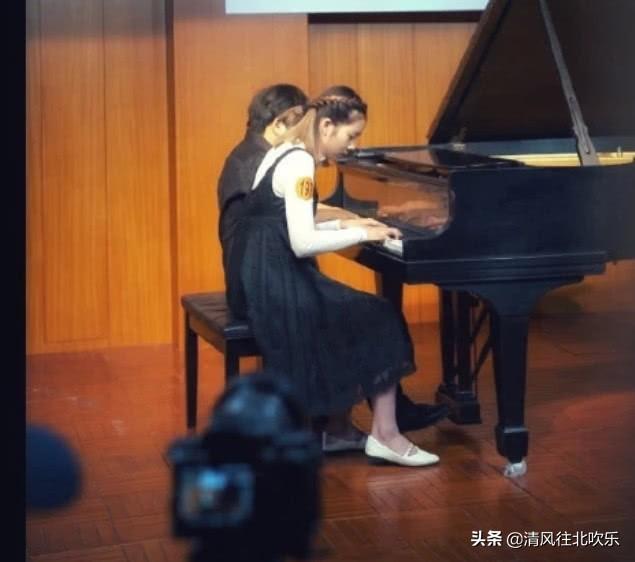 黄磊女儿参加钢琴比赛近照曝光,弹奏时一脸专注,小才女气质尽显