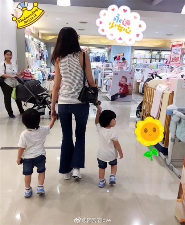 陈若仪带kimi和双胞胎去逛超市,母子四人一起选零食