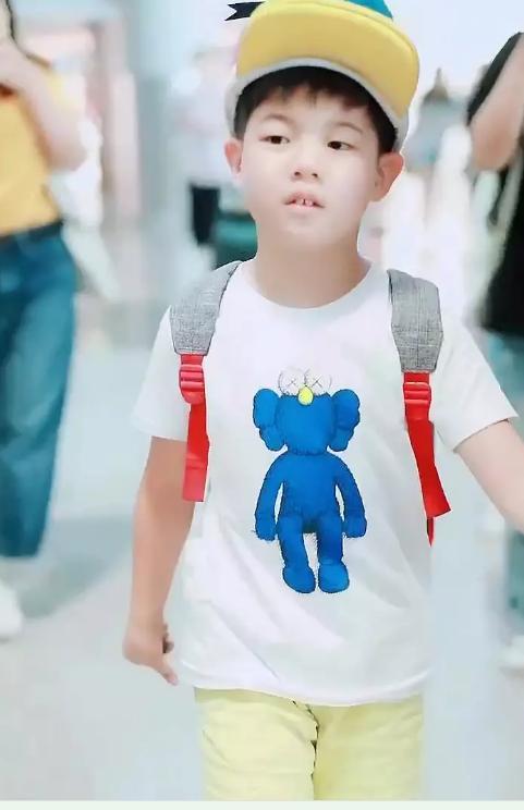 安吉胖了!他最新机场照脸好肿,笑起来牙缝很大,还以为是小鱼儿