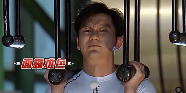 李晨录节目旧伤复发,胳膊脱臼吊着绷带坚持要完成比赛,超拼