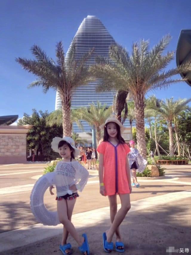 吴尊女儿和小泡芙久违同框,小姐妹都长大了,同款小长腿抢镜