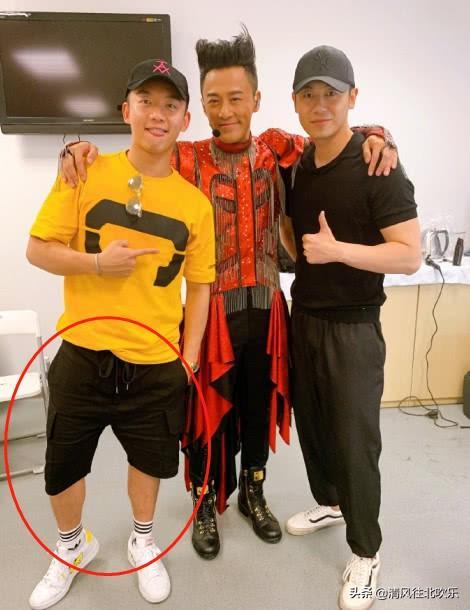 郑恺朱亚文现身林峰演唱会,三人合照亮了,高富帅硬被拍成矮蹉跎