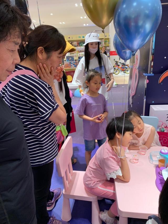 李小璐带甜馨过六一,穿运动短裤秀腿太减龄,穿亲子装母女似姐妹