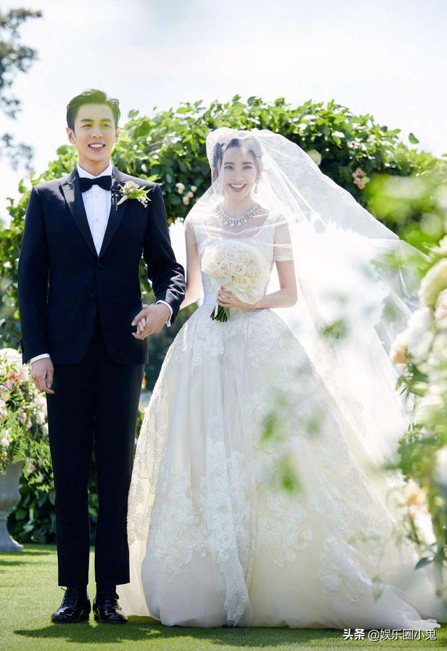 不舍女儿出嫁,唐艺昕妈妈哭成泪人,有谁注意到唐艺昕手上的红包