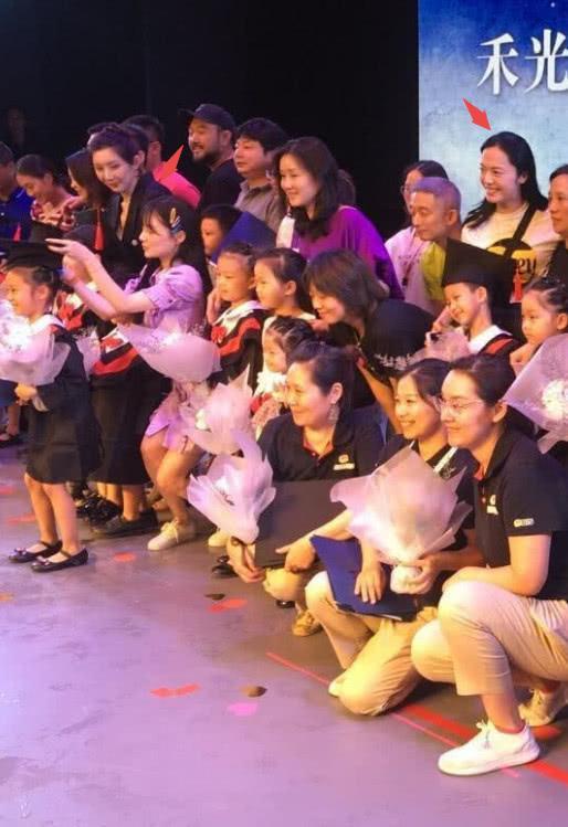 6岁甜馨幼儿园毕业典礼秀才艺,李小璐半蹲为她整理学士帽超有爱