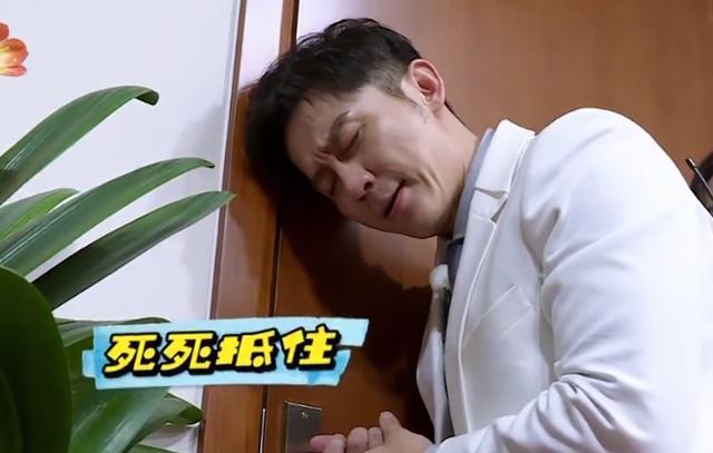 为赢游戏李晨又将兄弟从地上拖着走,相比之下郑恺的做法让人暖心