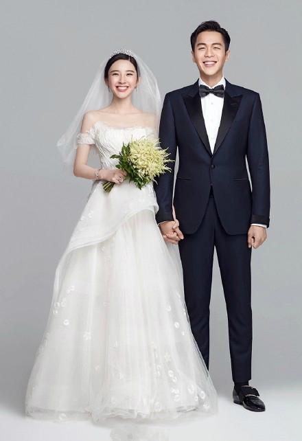 张若昀大婚骑白马,唐艺昕连换七套婚纱,每一件都美出天际