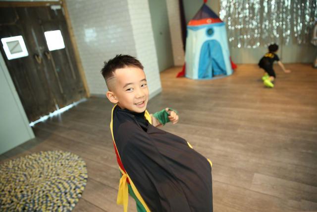 应采儿陈小春为儿子庆6岁生日,一家三口再穿亲子装,温馨又吸睛
