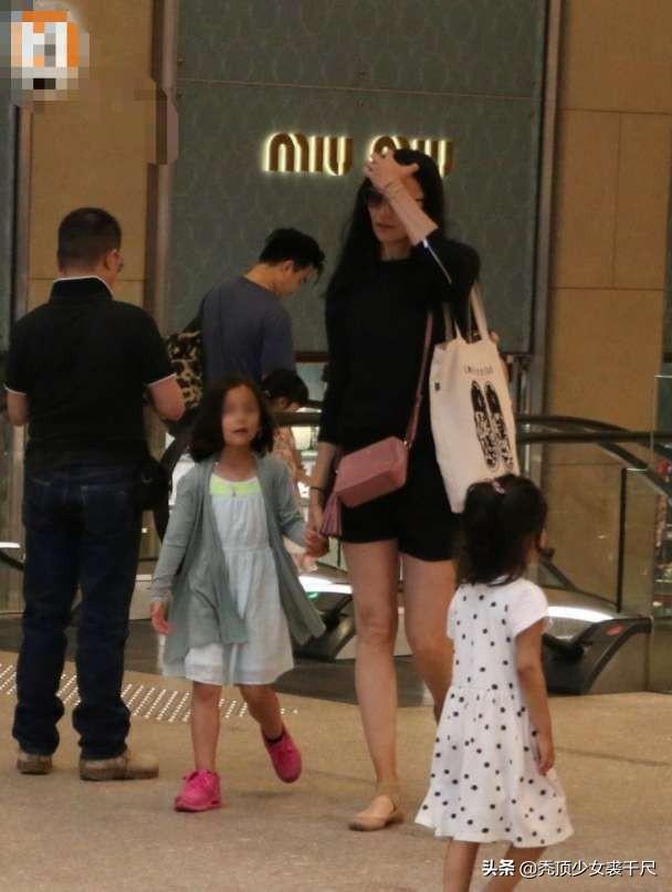 吴彦祖携妻女出行6岁女儿罕见曝光,身材高挑五官深邃颜值颇高
