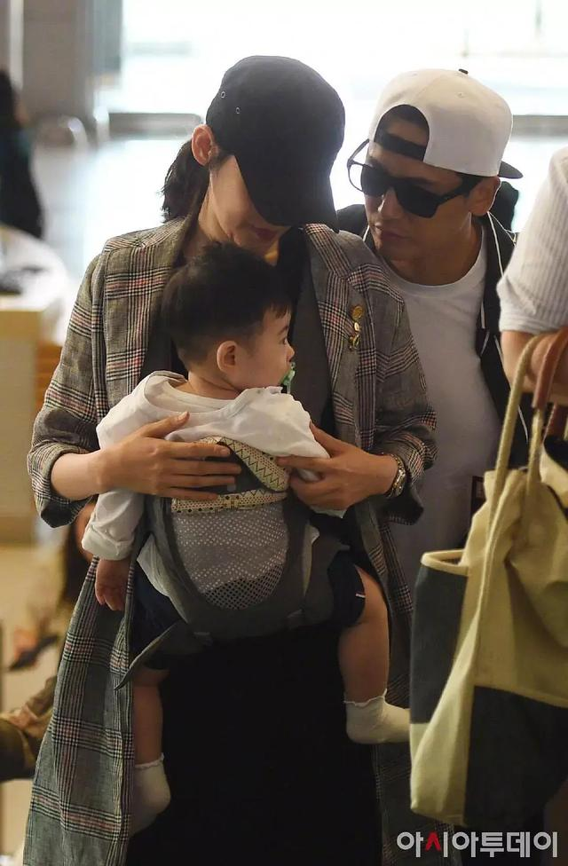 baby带小海绵聚餐,全程自己抱孩子,换了好几个姿势明显是手酸了