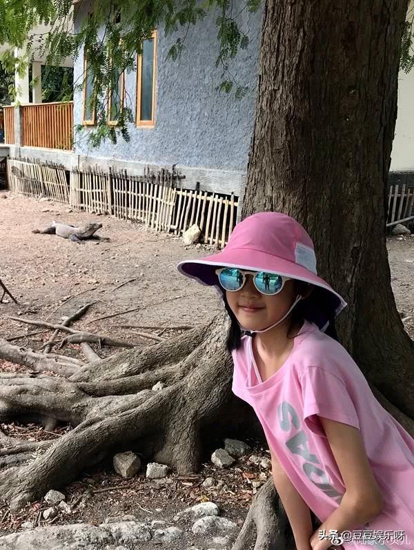 陆毅一家四口印尼度假,贝儿小叶子同款造型超可爱,贝儿瘦到吓人