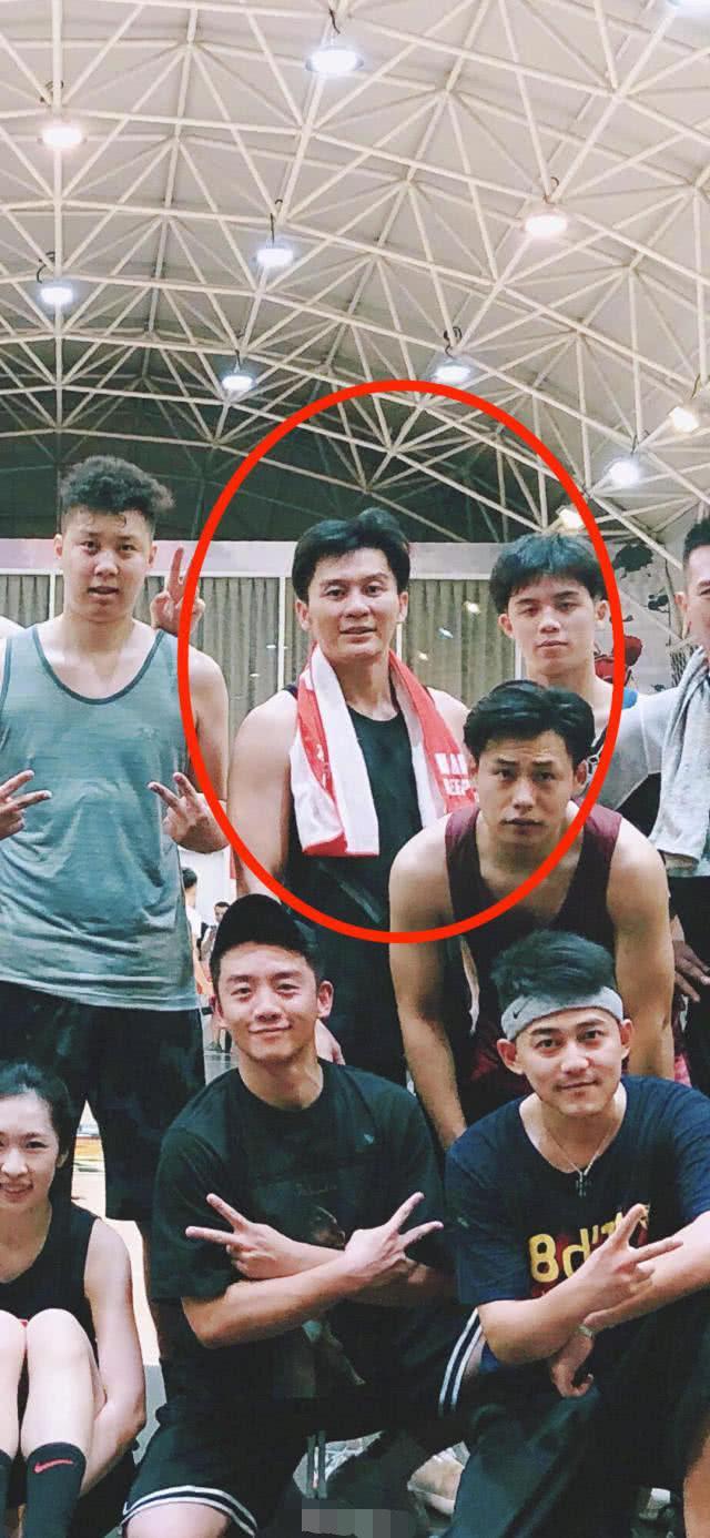 李晨分手后公开现身发福不少,与吴克群郑恺等人一起打篮球心情好