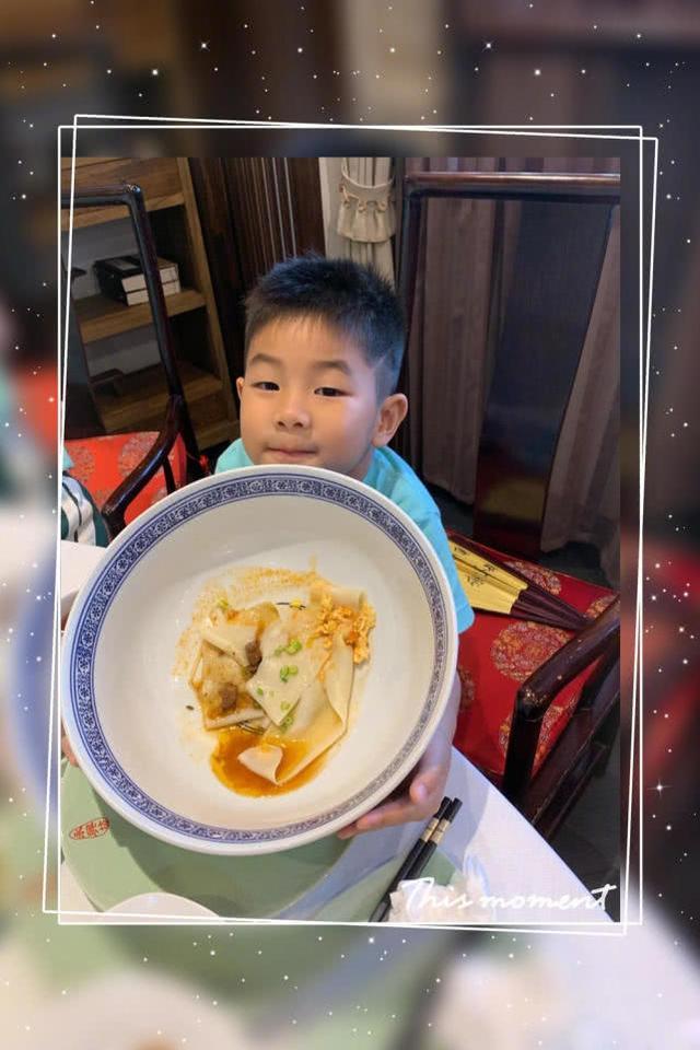 胡可和儿子小鱼儿去吃面,鱼儿吃的面碗比他的脸还要宽