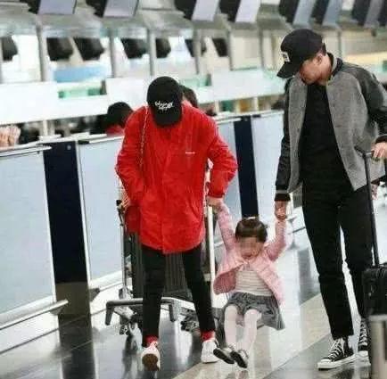 刘恺威拖病接女儿放学,5岁小糯米活泼聪颖,长得越来越像杨幂