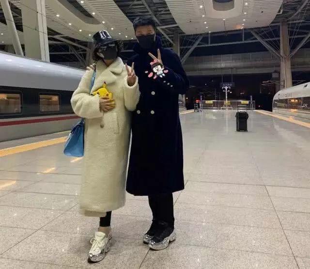 范冰冰返京获父亲接风,二人包裹严实开心比V,站台相聚父女情深