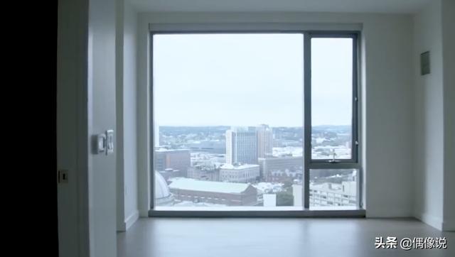 王源首次公开伯克利新家内景:客厅有个大大的落地窗,视野宽阔